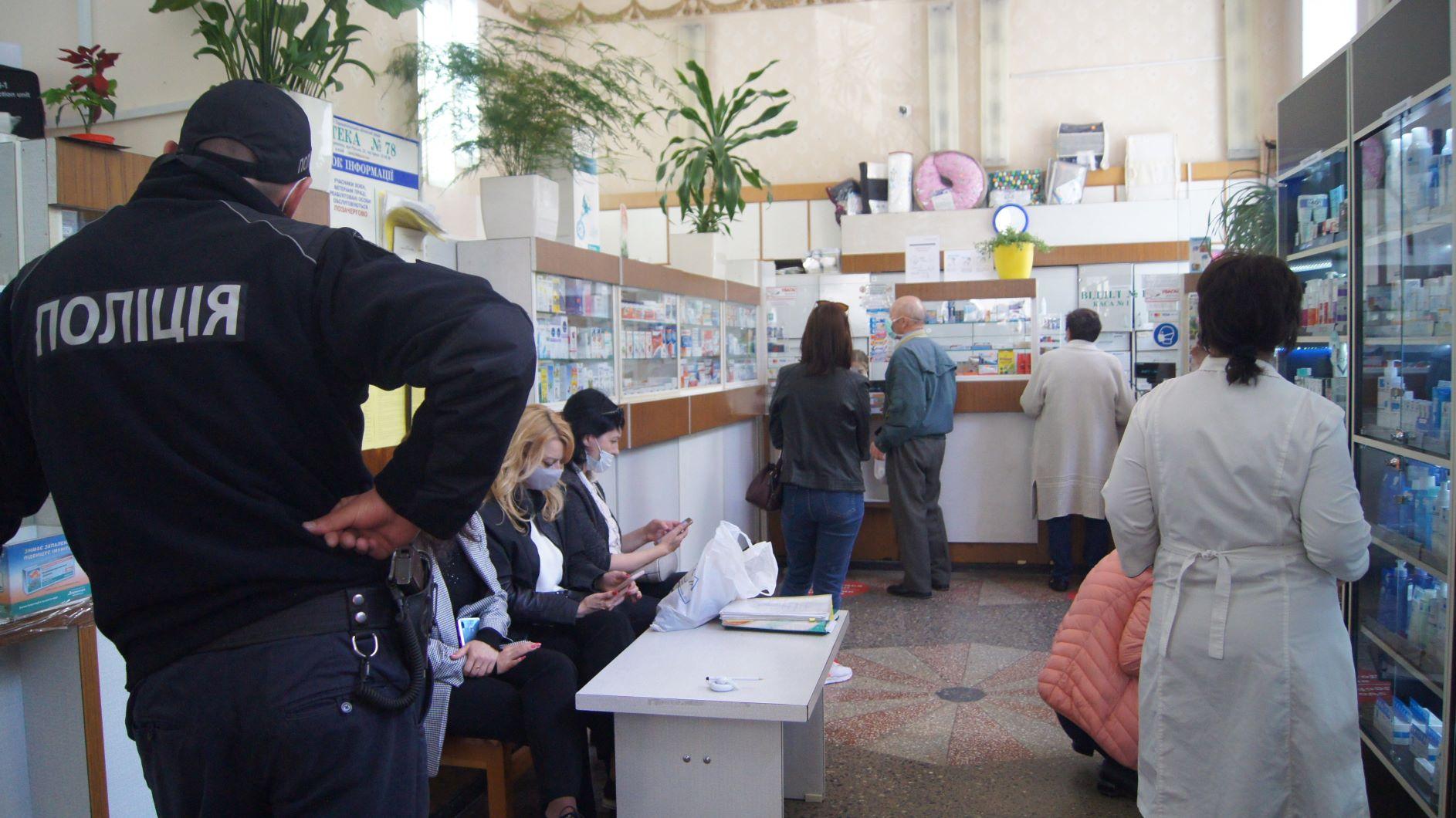 Аптека №78: міська рада вказала на вихід, хлопчик з ломом та інші деталі виселення